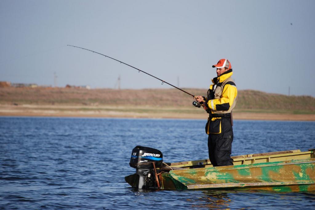 можно ли рыбачить с лодки удочкой во время нереста